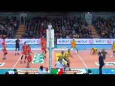 Earvin N'Gapeth hugs the referee (Piacenza - Modena)