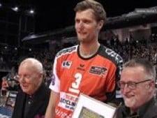 Berlin Volleys gives Robert Kromm award